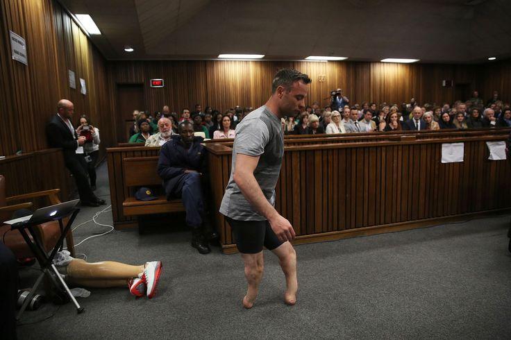 Paralympisch kampioen Oscar Pistorius loopt door de rechtzaal zonder zijn protheses tijdens de derde dag van zijn verhoor in Pretoria High Court. |AFP / Siphiwe Sibeko