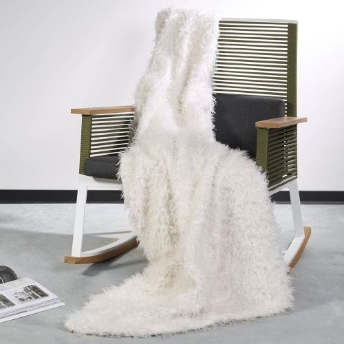 60 best images about plaids et couvre lits en fausse. Black Bedroom Furniture Sets. Home Design Ideas