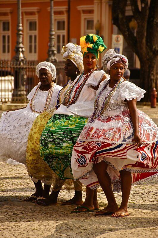 Traditoneel geklede vrouwen in Salvador de Bahia in Brazilie | Meer reisinformatie over Zuid Amerika vind je op http://www.wearetravellers.nl/zuidamerika