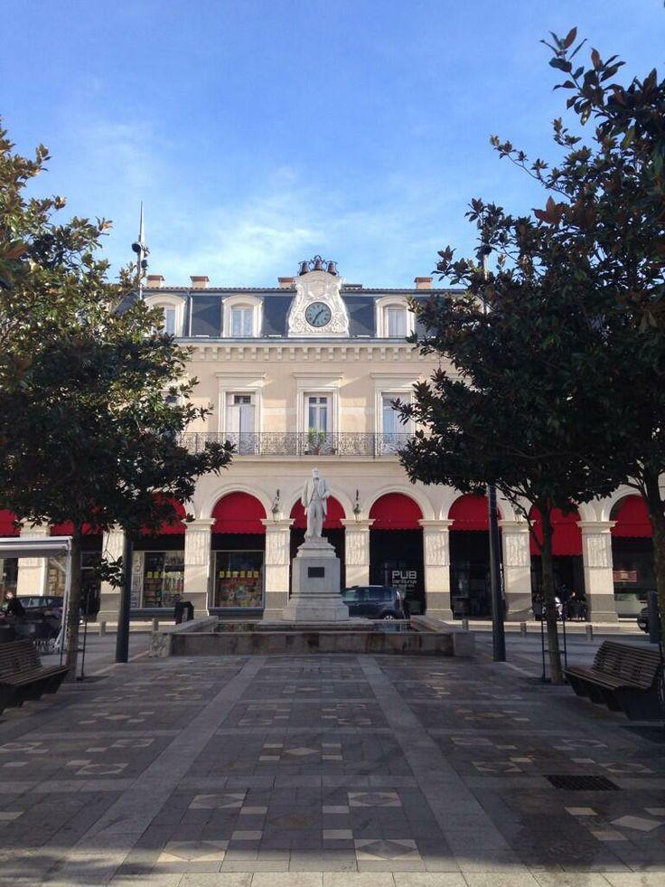 [CASTRES] Place Jean Jaurès /via DR_kook https://twitter.com/dr_kouk/status/421624808875773952