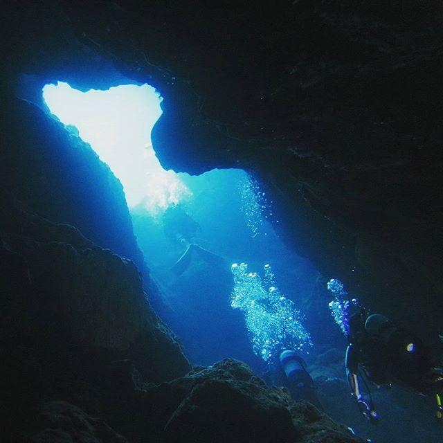 【sadanarishozo】さんのInstagramをピンしています。 《Good morning!青い光の指す出口に向かう様子です♪これが洞窟ダイビングの魅力かと思います(*^^*)以前、潜った宮古島での一枚☆ #宮古島#miyakoisland #ダイビング#diving #divingtrip #divermag #cave#地形#洞窟#blueworld #beautiful #awesome #instatravel #絶景#instanature #awesome #bubbles #sea#ocean #marine #海#沖縄#okinawa #underwater #uwphotography #underwaterphoto #explore #ワクワク#intothewater》