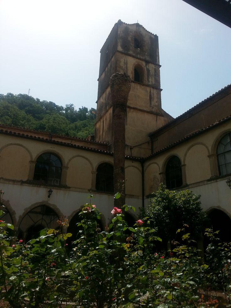 Il campanile della basilica antica del Santuario ed il roseto. [Foto a cura di ScoprilaCalabria]