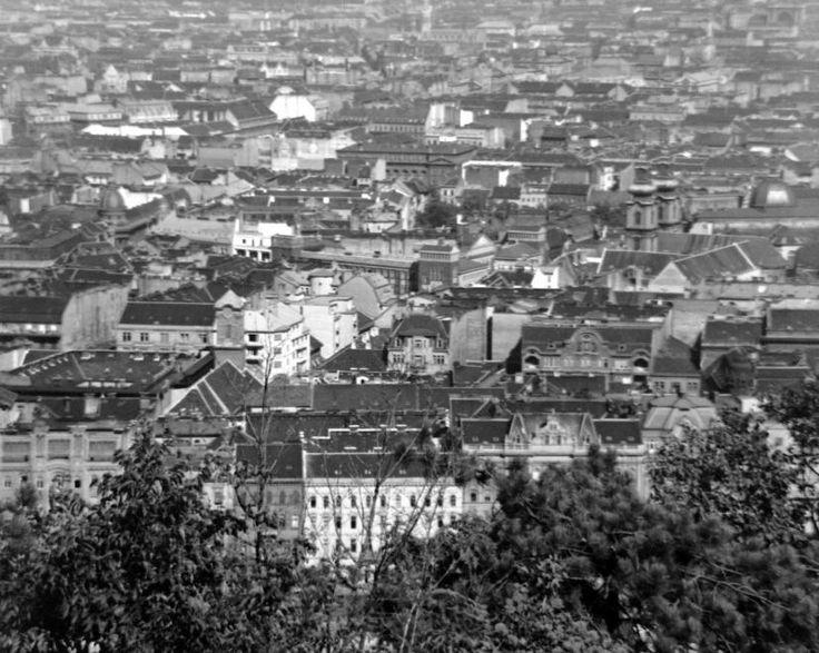 Belváros a Gellérthegyről nézve, elől a Belgrád (Ferenc József) rakpart házai.