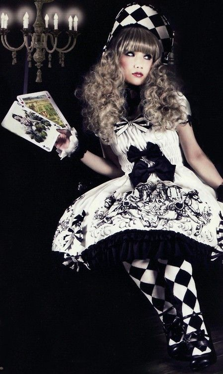 Ahhhhhhh!!!!!!    Love it!!!!!!!   Gothic Lolita... Lolita Gótica....Chess Dress... Juego de Ajedrez Alice's Adventures in Wonderland ... Through the Looking-Glass, and What Alice Found There ...