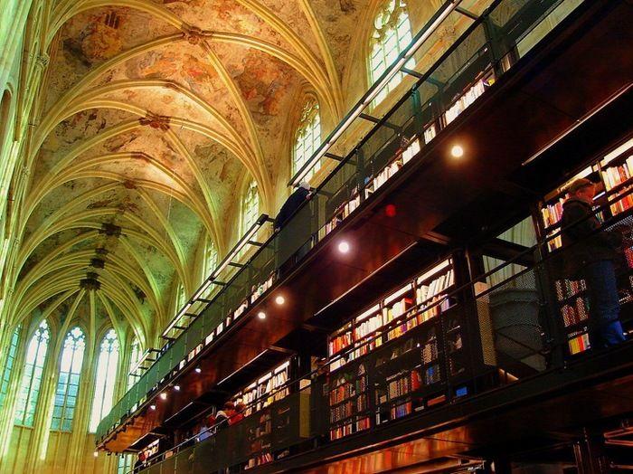 そして2006年、この教会は書店としてオランダ人の建築事務所の手によってリノベーションされることになります。建物自体を状態良く保存するためには莫大な経費が必要です。商業的に利用されることでその心配は軽減される計画です。元の教会の美しさを生かしながら、近代的でモダンなデザインを組み合わせた「ダッチデザイン」は世界中で反響を呼びました。