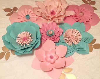 Este magnífico telón de fondo está hecho de flores de papel hechas a mano. Estas son piezas personalizadas, hechas en los colores de su elección. La foto es una pieza de 8 x 10 personalizada que hice para una boda que hago. Las flores se hacen de papel de cartulina de alta calidad y pegamento fuerte para que duren mucho tiempo. Las flores varían en tamaños y serán enviadas a usted en una caja grande. Luego se arreglar y pegar en su propio tablero o pared. Las flores vienen con espalda con…
