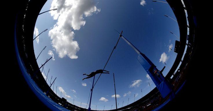 Foto com lente grande angular mostra atleta na prova de salto com vara, feminino, durante o Campeonato Europeu de Atletismo, em Zurique, na Suíça.  Franck Fife/AFP.