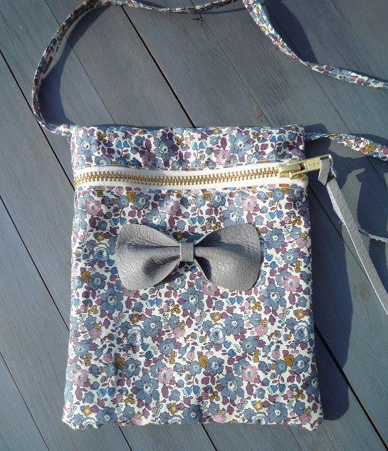 #DIY pochette zippée en #liberty http://www.modesettravaux.fr/tuto-pochette-zippee-liberty