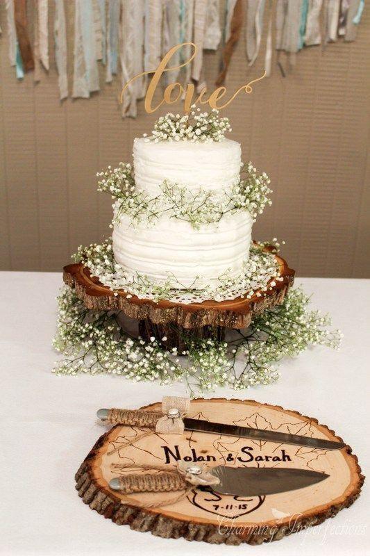 ・ヘアードや会場装飾として密かに人気沸騰中のかすみ草をケーキにも飾っちゃっいました!  切り株のプレートに乗せればよりナチュラル感がアップしますね♪  麻ひもを巻いたケーキナイフも素敵です。