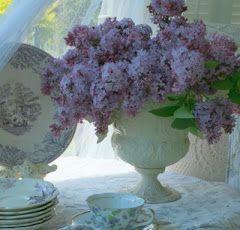 Teatime.: Houses Gardens, Teas Time, Vintage China, House Gardens, Gardens Shades, Aiken Houses, Gardens Bouquets, Lilacs Flowers, Gardens Tours