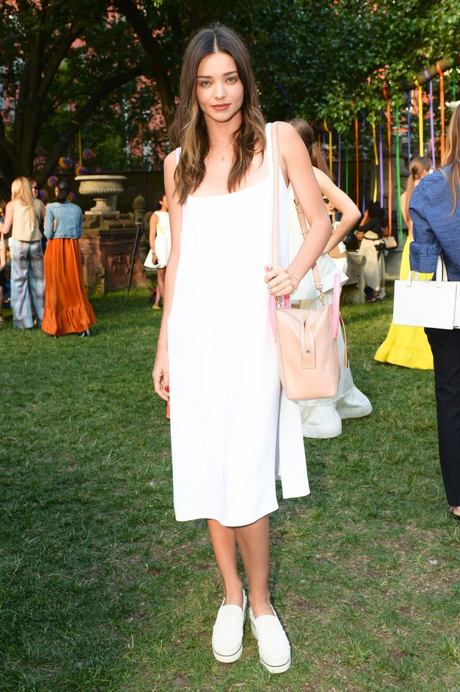 Miranda Kerr en robe blanche à La garden-party Stella McCartney croisière 2016 à New York
