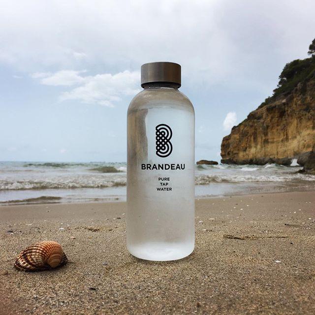 www.brandeau.ch I  Waikiki Beach Refreshment. ••• #brandeaubottles #wasser #water #wasserflasche #wassertrinken #wassergenuss #hahnenwasser #stilleswasser #flasche #tapbottle #tapwater #trinkflasche #takeawaybottle #togobottle #togo #takeaway #bpafree #tritanbottle #tarragonabeach #tarragona  #lamora #playaespaña #torredelamora