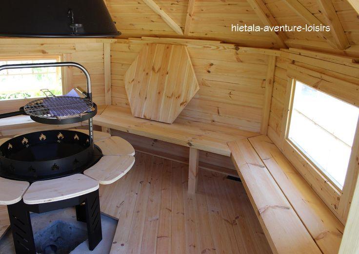 intérieur d'un kota grill ... très convivial pour des soirées grillades entre amis en toutes saisons ! site internet : http://www.hietala-aventure-loisirs.com/