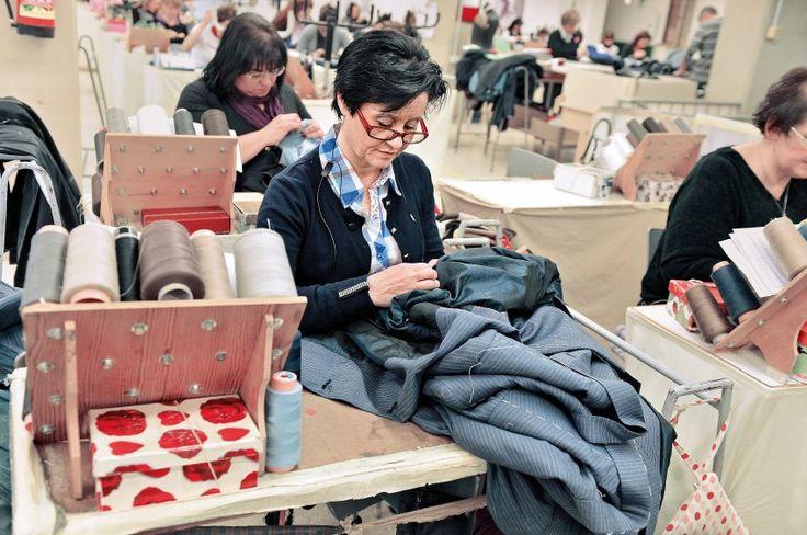 900 Mitarbeiter fertigen bei Brioni in Penne Anzüge - zumeist in Handarbeit. Für Maßanfertigungen hängen die Schnittmuster der Kunden bereit. Die meisten Arbeitsschritte erfolgen manuell, die Fertigkeiten werden in der hauseigenen Schneiderschule gelehrt.