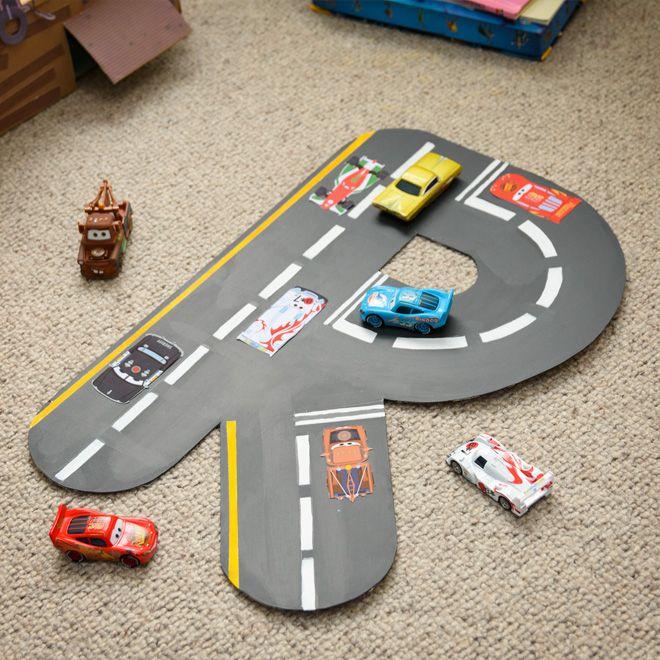 Preparados, listos… ¡a pintar! Ayuda a los niños a diseñar su propio circuito inspirado en Cars con la forma de su inicial. Puedes colgarlo en la pared o aprovecharlo para que los pilotos de la casa jueguen con Rayo McQueen y todos sus amigos.