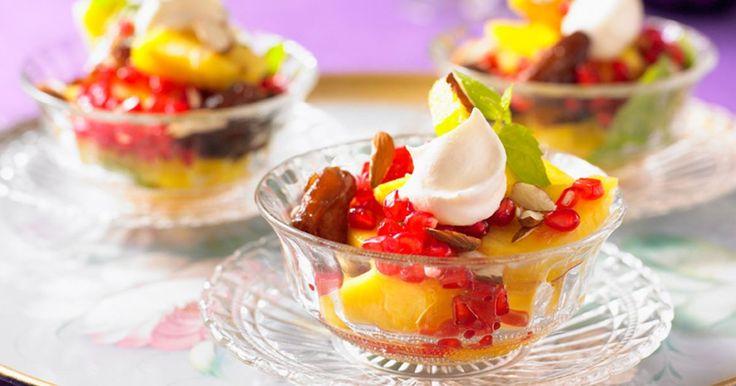 En härligt frisk fruktsallad med ananas som bas. Supergod efterrätt som är enkel att tillaga, god att äta och vacker att bjuda gästerna på.