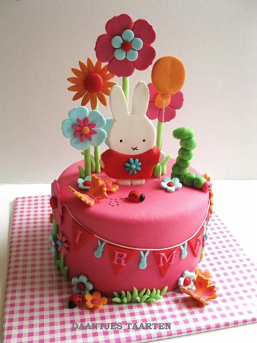 A lovely little bunny cake by 'Daantjus Taarten'. Created for a child's birthday, but I love this for Easter!
