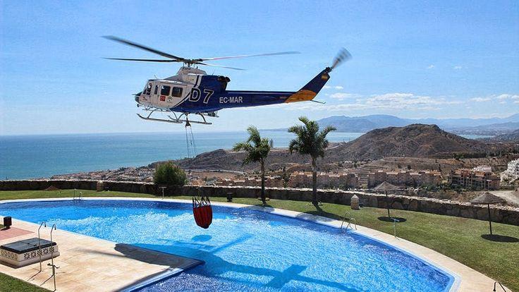 Пилоты пожарных вертолетов филигранно набирают воду в бассейнах | Helico...