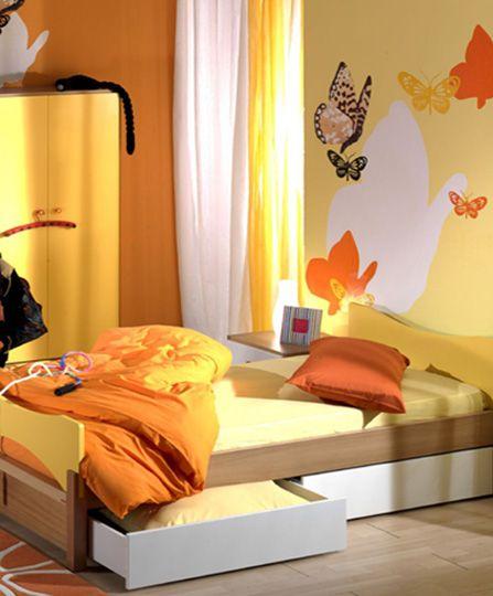 Ζωγραφική τοίχου σε δωμάτιο κοριτσιού με θερμά πορτοκαλί και κίτρινα χρώματα σε συνδυασμό με αυτοκόλλητα πεταλούδες. Δείτε περισσότερες ιδέες διακόσμησης για το παιδικό δωμάτιο στη σελίδα μας  www.artease.gr