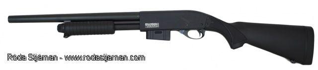 Airsoft: Swiss Arms Shot Gun Metall Tillverkad helt i metall med undantag från t.ex. kolv osv som även är plast på originalet.  Kulorna laddas i vanligt magasin, rymmer 35 kulor.  Med hop-up.   Längd: ca 92 cm.  Vikt: ca 3200 gram.  Utgångshastighet: ca 115 m/s.