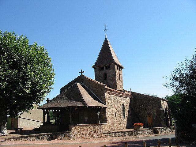 Église romane (XIIème et XVème siècle) classée monument historique, à l'entrée Sud du bourg de Sail les Bains.