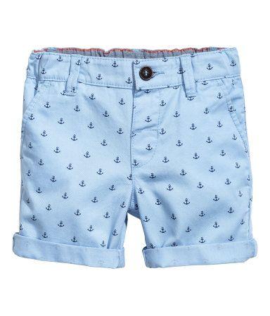 Azul claro/Ancla. Pantalón corto en sarga lavada de algodón. Modelo con cinturilla elástica ajustable, cierre de botón, bolsillos al bies y un bolsillo