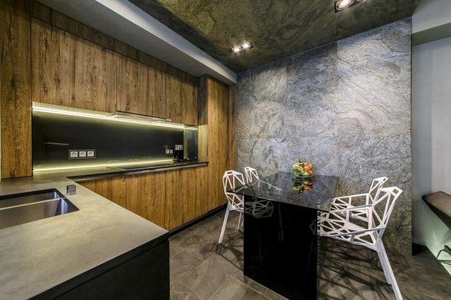 Черный глянцевый стол и белые стулья в обеденной зоне
