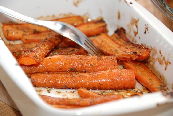 Lækre gulerødder i ovn, der bages med lidt olivenolie, balsamico og oregano. Foto: Guffeliguf.dk.