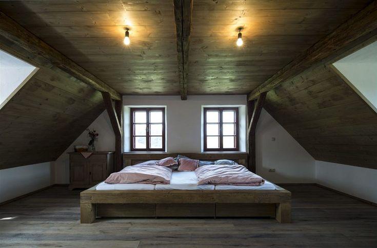 Velká postel pro tři děti byl nápad rodičů.
