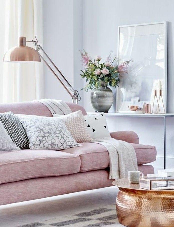 quelle peinture choisir pour un salon tout petit, murs nuance bleu pâle, canapé rose, petite table sympa
