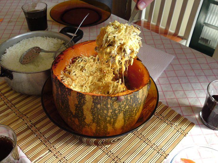 Pedaço de abóbora de pescoço (entre 2kg e 2,5kg)  - 1 kg de camarão médio limpo e sem casca  - 2 envelopes de tempero ?meu segredo?  - 1 cebola grande  - 3 dentes de alho  - 3 tomates sem pele e sem sementes cortados em cubos  - 4 colheres (de sopa) de óleo  - 120 g de requeijão cremoso  - 100 g de creme de leite  - 1 colher (de sopa) bem cheia de salsinha  - 100 g de queijo parmesão ralado grosso  -
