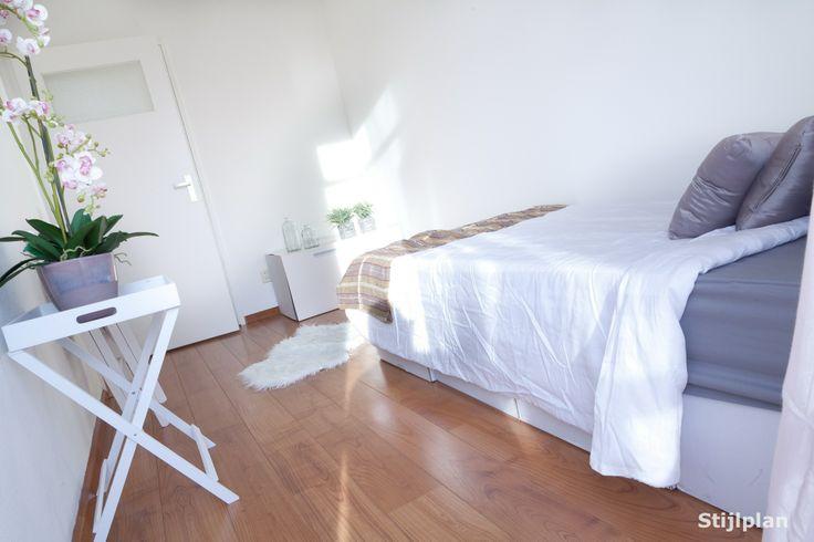 Slaapkamer ingericht met #Kartonnen meubels. #Kartonnen bed + #Kartonnen kast. Aankleden met sfeervolle #woonaccessories. En zie daar een krachtige #woningpresentatie. De beste uitnodiging tot #bezichtiging. #Woningverkoop - #Modelwoning - Leegstaande woning - #Leegstaand #Vastgoed