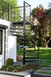 Escalier hélicoïdal de la terrasse au jardin