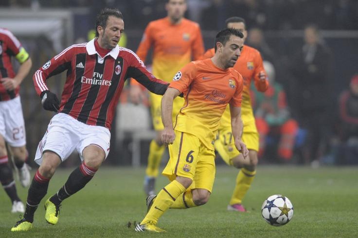 Milán 2-0 FC Barcelona   Xavi ejerce el control en el centro del campo. [20.02.13]
