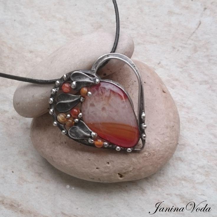 ...IRINA+HEART...+náhrdelník+Cínovaný,+patinovaný+následně+leštenný+náhrdelník+ve+tvaru+srdce+tromlovaného+kamínku+Karneolu+a+korálků+karneolu.+Náhrdelník+je+patinovaný,+leštěný+a+ošetřený+antioxidačním+přípravkem.+Velikost+šperku:+výška+5,8cm,+šířka+cca+4,8cm,+Použitý+materiál:+pocínovaný+měděný+drát,+bezolovnatý+pájka+-+cín+se+stříbrem....