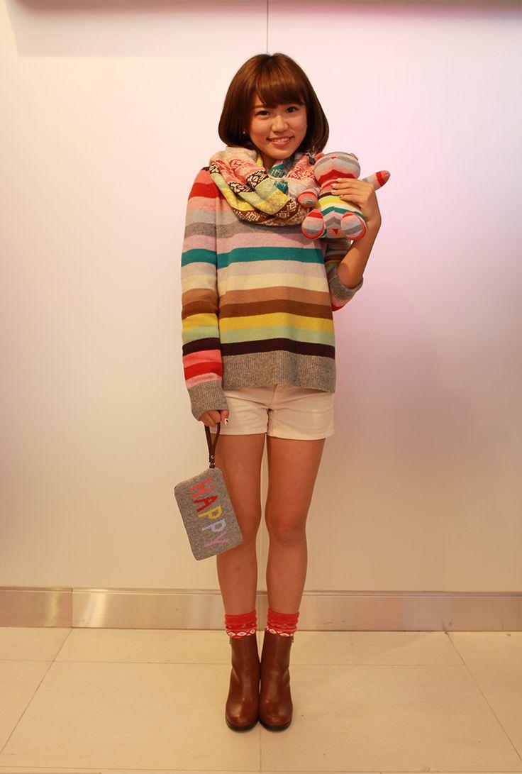 【フラッグシップ銀座スタッフ注目コーデ】 ホリデーシーズンならではのポップなカラーを楽しめるストライプニット。冬でもショーパンにHAPPYポーチを合わせてとことんキュートに着こなして。 セーター (Color:クレイジーストライプ/¥5,900/ID:106116/着用サイズ:M) ショーツ (Color:オフホワイト/¥4,900/ID:988845/着用サイズ:23) スヌード (Color:フェアアイルストライプ/¥5,900/ID:141554) ソックス (Color:オレンジ/¥1,200/ID:142811) ブーツ (Color:ブラウン/¥11,900/ID:963165/着用サイズ:7) ポーチ (Color:グレー/¥2,900/ID:216201) スタッフ身長:158cm その他:参考商品  ■オンラインストアはこちら http://www.gap.co.jp/browse/subDivision.do?cid=5643  ■フラッグシップ銀座 http://loco.yahoo.co.jp/place/g-BfhjYGGE7Eo/