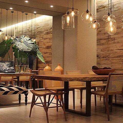 Sala de Jantar | Destaque para a parede de pedra e a iluminação.