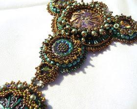 Dieses Collier habe ich mir als Outfitfür die Perlenmesse in Augsburg gefädelt. Viele meiner schönen alten Glasknöpfe haben hierfür Verwen...