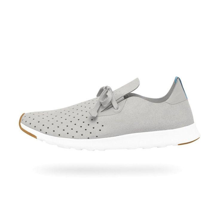 Attenzione: questa scarpa è sovraccarica di energia positiva.  Realizzata in microfibra perforata con motivi ricamati e suola in EVA (Etilene-acetao di vinile).  Lacci in microfibra. Inserti in gomma