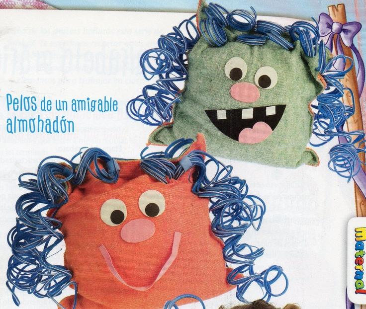 Almohadòn doble faz: De un lado tiene la cara con la boca abierta y del otro, una gran sonrisa.Realizado con dos trapos de piso o paños de limpieza.