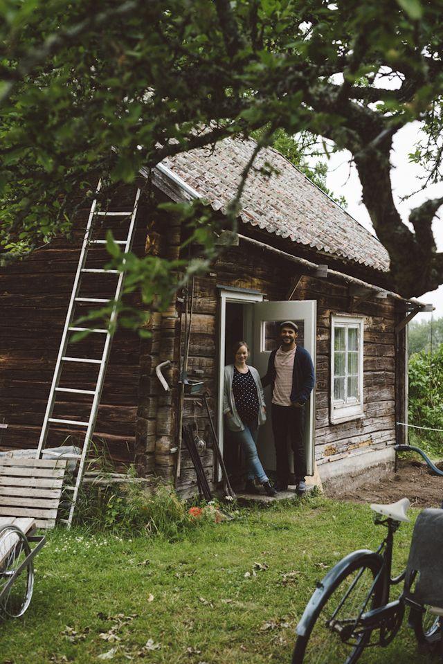 I lördags tog vi bilen och åkte några mil utanför Västerås för att hälsa på det här härliga paret, Pelle och Linnéa, i deras sommartorp. Det här är början på en liten följetong som vi tänkte köra i so