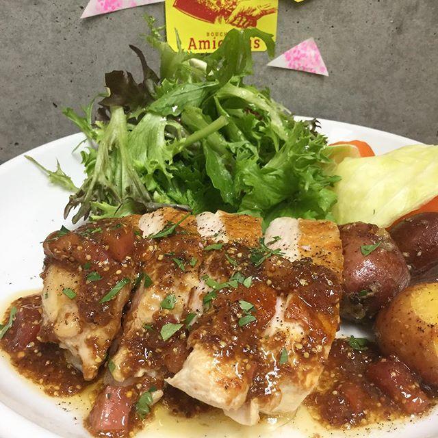こんにちは👨🏻🍳🌈 . 今日のスペシャルランチ🐮牛もも肉のロースト 📸日替 🐔燻製鶏胸肉のロースト ーーシェリーヴィネガーのヴィネグレット お魚🐟カジキのムニエル ーーノワゼットソース . 本日のディナータイムはテーブル、カウンター席どちらもまだ案内可能です。 今夜も深夜3時まで営業しております。 . 🌸4月のお休み🌸 29日(土) 30(日) 🎏5月のお休み🎏 6日(土) 7日(日) 14日(日) 21日(日) 28日(日)  よろしくお願いします。 ・ 📌営業時間📌 Lunch  11:30〜15:00(14:30 L.O) Dinner 18:00〜27:00(26:00 L.O) . #AmiaBras #boucherie #bistro #wine  #lunch #shibuya #tokyo #aoyama #beef #肉 #燻製 #グルメ #アミアブラ #シャルキュトリー #渋2 #渋谷 #フレンチ #ビストロ #ワイン #ハンバーグ #カレ #渋谷ランチ #テラスランチ #テラス #サラダランチ #穴場 #おいしい