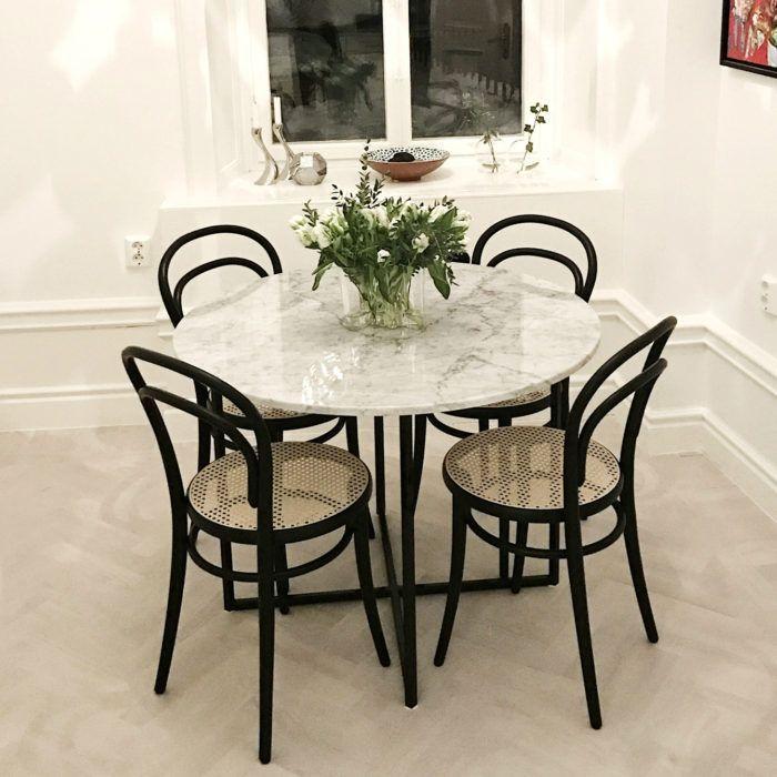 Runt matbord i marmor och underrede i kryssmodell i stål, passar för 4 stolar. 100cm diameter med äkta italiensk Carraramarmor. Från Pretty Marble.