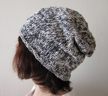 てっぺんを絞ったゆるいフォルムの編み帽子。ゆったりかぶれてラクちん帽子♪