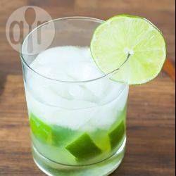 Een traditionele Braziliaanse caipirinha is een drankje als geen ander! Gemaakt met cachaça en limoen, een makkelijk om te maken en verfrissende cocktail voor de zomer!