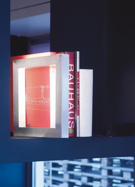 librO' tavolo-terra | Alvaline | Viabizzuno lampada per interni IP20 in alluminio  ossidato opaco con due tubi fluorescenti T2 da 6W attacco W4,3X8,5d. le sue dimensioni ridotte, 280x280mm, lo rendono estremamente flessibile: si può infatti posizionare in verticale, fissato sulla sua base 205x205mm in acciaio lucido e utilizzarlo quindi come supporto per i libri nelle scaffalature, ma può anche essere appoggiato su tavoli, comodini, superfici sulle quali genera una diffusa luce radente.