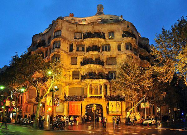 i've been to barcelona, spain. casa mila. desdevweb.com