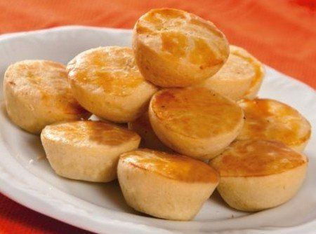 Ingredientes Massa 1 xícara (chá) de óleo 3 ovos 1 xícara (chá) de guaraná 2 xícaras (chá) de farinha de trigo 6 colheres (sopa)de queijo parmesão ralado 1 colher (sopa) de fermento em pó Recheio 1…