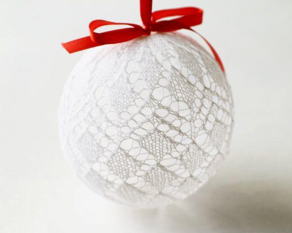 Это урашение для Рождественской елки сделано вручную в студии DoubleLknits в ноябре 2015. Этот шарик уникален и Вы не найдёте ничего подобного