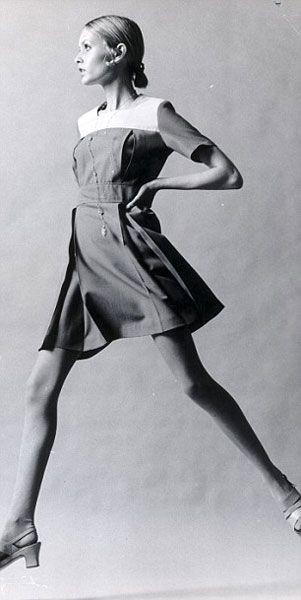 Anni Sessanta. Negli anni Sessanta è cambiato di nuovo tutto. Basta con le curve: il must è diventato avere un fisico asciutto, il più minuto possibile. Sono gli anni della minigonna e delle proteste. Anni nei quali le donne cercano di emulare le prime modelle della storia: Twiggy e Jean Shrimpton su tutte. Per riuscirci si sottopongono a diete rigorose, perché la tendenza del momento vuole fianchi stretti, seno piccolo, gambe lunghe e molto sottili.